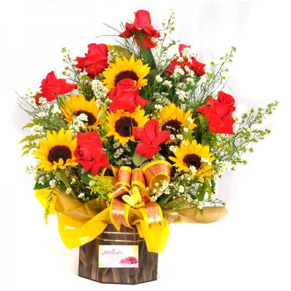 Arranjo de Flores Rosas e Girassóis com 8 Rosas e 6 Girassóis